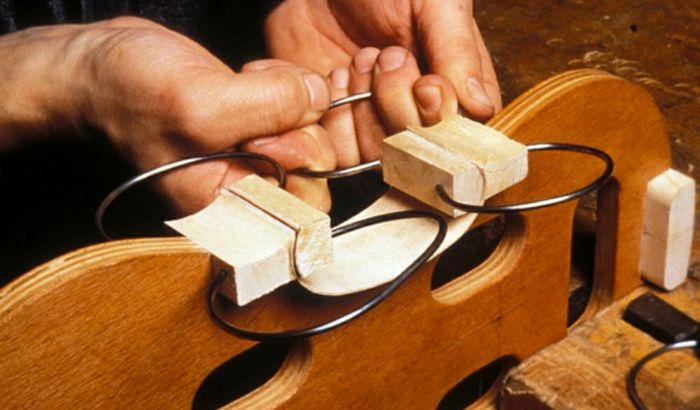 Un momento durante la fabbricazione di un violino