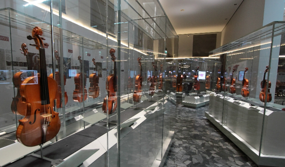 Museo Del Violino.Viaggio Multimediale Nel Museo Del Violino Navigando Tra Le Sale
