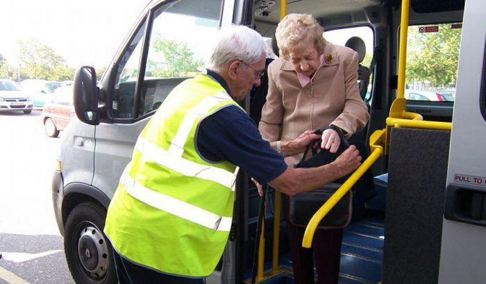 Il trasporto di una signora, accompagnata da uno dei volontari