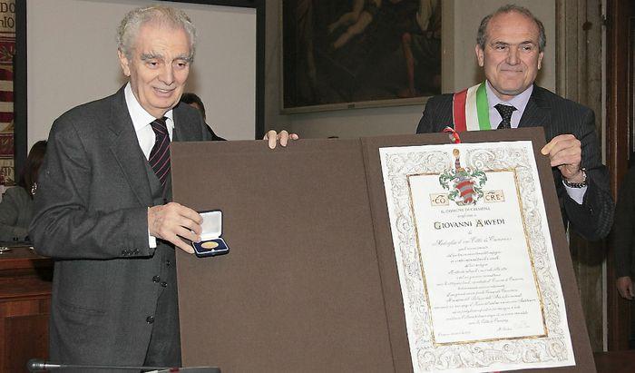 Oreste Perri consegna la medaglia d'oro Città di Cremona a Giovanni Arvedi