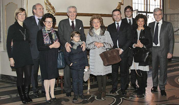 Giovanno Arvedi circondato dai suoi cari in Comune per la consegna dell'onorificenza