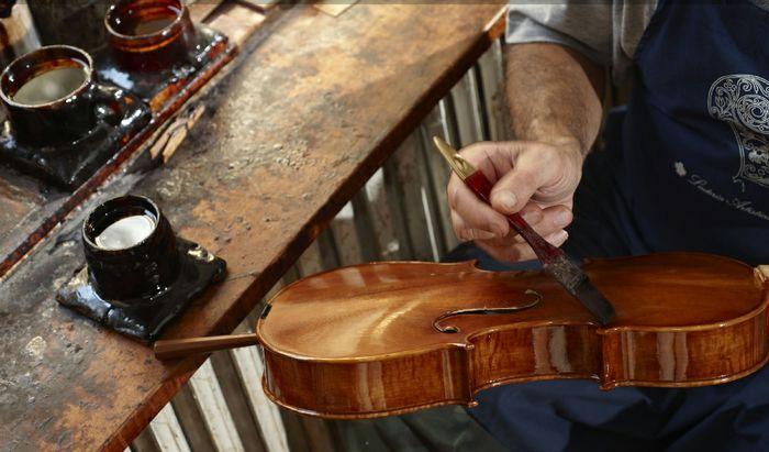 Un momento della verniciatura di un violino