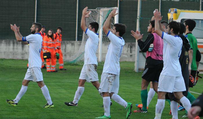 Il Pergo saluta i tifosi dopo la vittoria di Iveruno