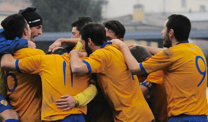 Pergolettese-Caravaggio, festa gialloblù dopo il gol di Manzoni