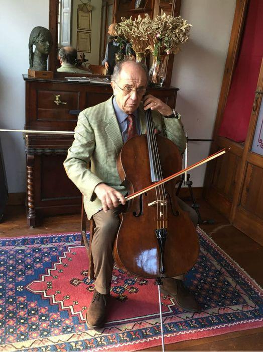 Leo Nucci prova un violoncello