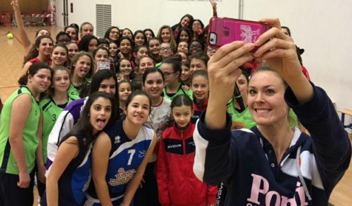 Un gruppo di giovani pallavoliste nel selfie con Gibbemeyer