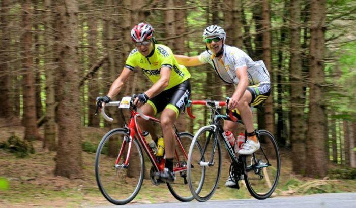 Nell'immagine di repertorio due appassionati di ciclismo