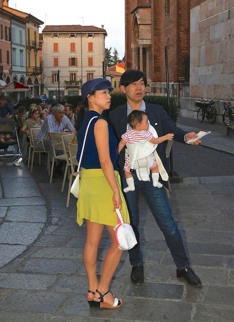 Turisti asiatici in Piazza Duomo a Cremona