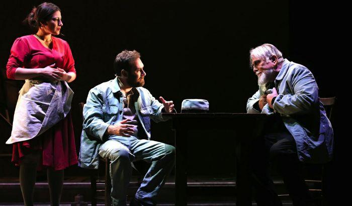 """Moni Ovadia sul palco ne """"Il casellante"""" con Mario Incudine e Valeria Contadino"""