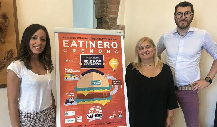Paola Merigo (organizzatrice Eatinero), l'assessore Barbara Manfredini e il direttore di Confesercenti della Lombardia Orientale sede di Cremona Giorgio Bonoli.