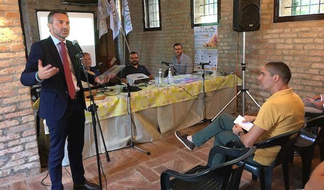 In piedi, l'assessore regionale Foroni, Al tavolo, da sx Giandomenico gusmaroli e Luca Gennari, organizzatori, e Isacco Galuzzi  di Confcommercio lodi