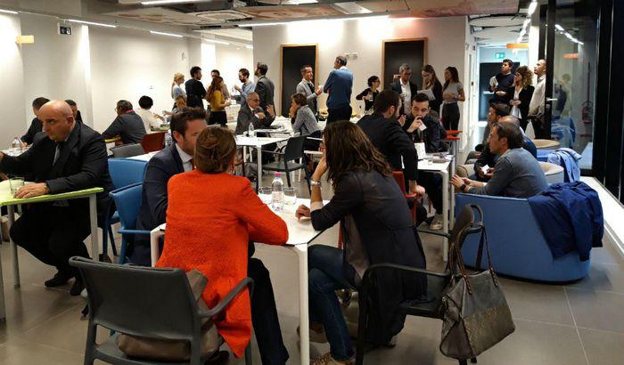 Si è svolto mercoledì 3 ottobre presso il CRIT - Polo per l'Innovazione Digitale di Cremona l'evento A Tu per Tu con la Ricerca - Per le imprese che vogliono scoprire le attività di ricerca ed entrare in contatto diretto con uno o più ricercatori, organizzato in occasione della Notte dei Ricercatori 2018.La Notte dei Ricercatori è un'iniziativa promossa dalla Commissione Europea dal 2005 ecoinvolge ogni anno migliaia di ricercatori e istituzioni di ricerca in tutti i paesi europei dell'unione. L'agenzia REI – Reindustria Innovazione, nel suo ruolo ponte tra imprese e università, l'ha reinterpretata così, nella forma di una Matching Session: incontri riservati one-to-one della durata di 15 minuti tra aziende e ricercatori, con l'ambizione di facilitare lo scambio tra questi due mondi sempre meno distanti. L'evento si svolge in collaborazione con il Comune di Cremona - Agenzia Informagiovani, il Comune di Crema, il Comune di Casalmaggiore, la Camera di Commercio di Cremona, il Consorzio CRIT.Durante la prima ora dell'evento i ricercatori si sono presentati al pubblico, introducendo i loro temi di ricerca con le possibili applicazioni. A partire dalle 17.00 le aziende hanno avuto poi l'occasione di avere un primo contatto con il mondo della ricerca, tramite singoli appuntamenti con i ricercatori, per approfondire le tematiche proposte e instaurare collaborazioni innovative.L'evento ha visto la partecipazione di 13 ricercatori e docenti dalle Università del territorio. Per Politecnico di Milano: Elena Ficara, Filippo Renga, Gianni Ferretti, Luca Fumagalli ed Elisa Negri; per l'Università Cattolica del Sacro Cuore: Stefano Gonano, Daniela Bassi, Giorgia Spigno, Roberta Dordoni e Annalisa Rebecchi; per l'Università degli Studi di Milano Giovanni Righini, Marco Anisetti, Massimo Walter Rivolta.Le tematiche di ricerca affrontate hanno spaziato dai sistemi innovativi di depurazione e valorizzazione dei reflui agro-zootecnici alla ricerca sulla sostenibilità della filiera agr
