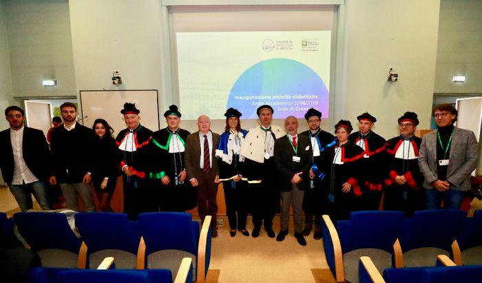 Il Rettore, i Docenti Universitari, il Direttore ASST di Cremona e ATS della Val Padana e gli studenti al termine della cerimonia (foto di Massimiliano Musolino)
