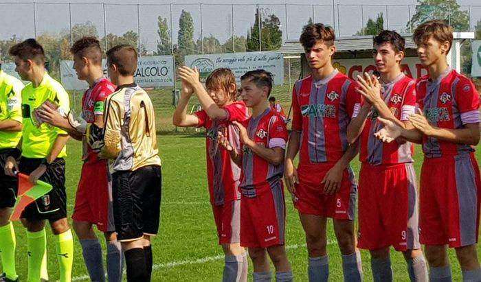 Alcuni ragazzi del settore giovanile della Cremonese in azione durante i campionati di questa stagione