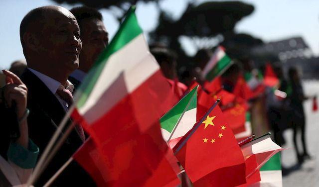 CITTADINI CINESI RESIDENTI IN ITALIA IN ATTESA DEL PRESIDENTE CINESE XI JINPING A PIAZZA VENEZIA
