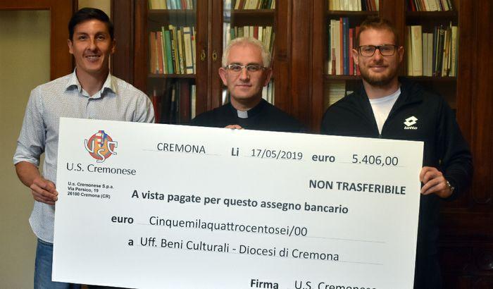 Don Gianluca Gaiardi, insieme al capitano grigiorosso Claiton Dos Santos e al portiere Nicola Ravaglia