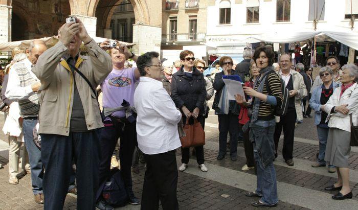 Turisti in piazza Duomo a Cremona