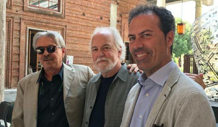 Da sinistra, Alessio Ambrosi (Acoustic Guitar Village), John Monteleone e Massimo De Bellis (direttore di CremonaFiere)
