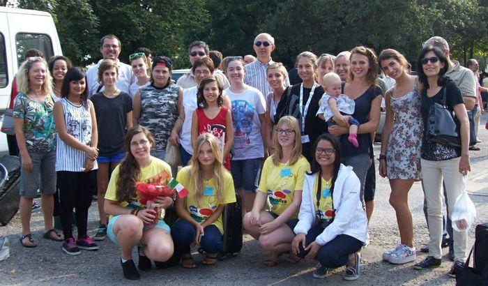 Magdalena Madej (la prima in basso da sinistra) insieme ad un gruppo di ragazzi e volontari di Intercultura