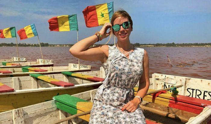 Claudia Cabrini su una barca ormeggiata sul Lago Rosa
