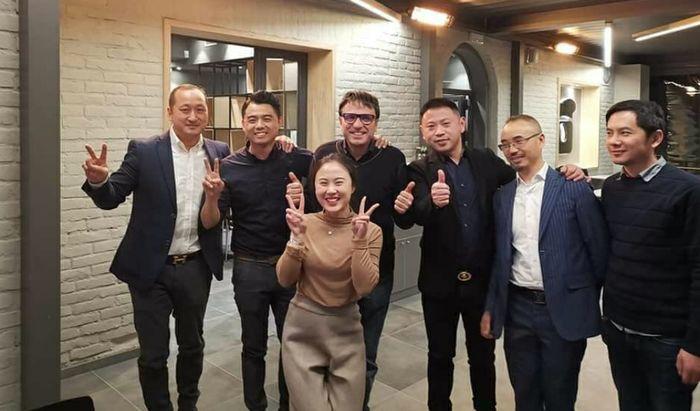 I soci fondatori di Sushi One con alcuni degli amministratori dei vari punti vendita e Dario Ballantini amico e testimonial del marchio