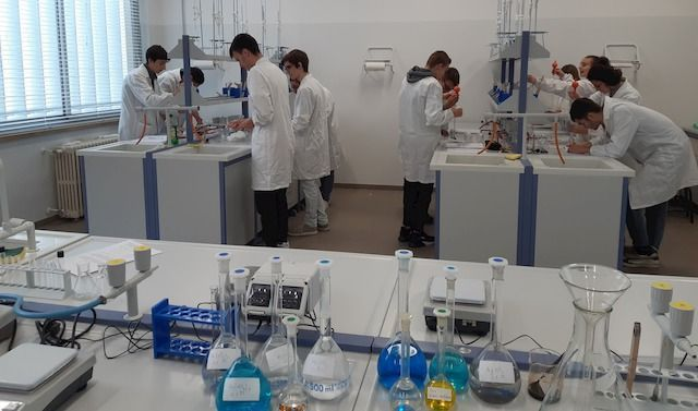 Studenti nel laboratorio del LIceo Scientifico Aselli