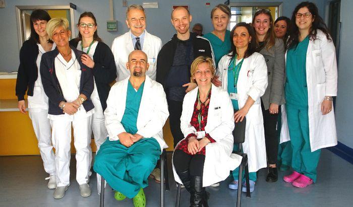 Massimiliano con equipe ortopedia, Baratta e gli anestesisti