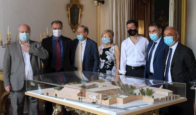 Foto di gruppo davanti al plastico di S. Monica