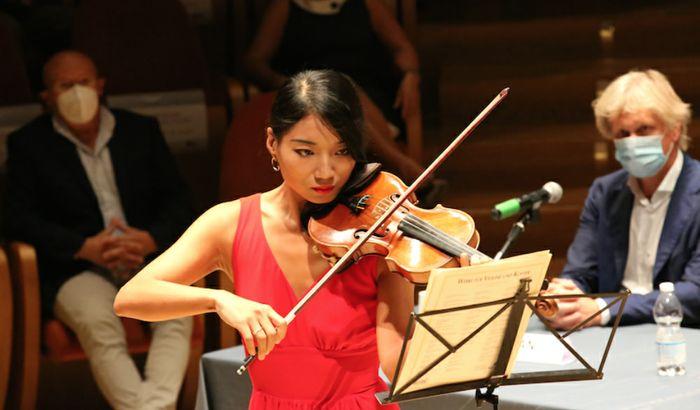 La violinista Lena Yokoyama - Sullo sfondo a destra Angelo Pan