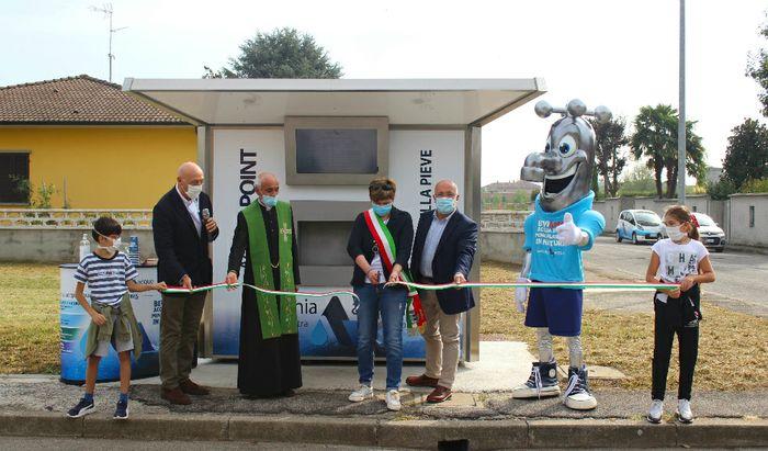 Il taglio del nastro con, da sinistra, il Presidente Claudio Bodini, don Alfredo Valsecchi, il Sindaco Silvia Genzini, l'AD Alessandro Lanfranchi e la mascotte Glu Glu