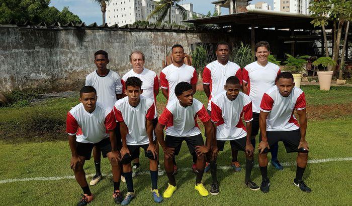 La squadra di calcio in Brasile con Don Davide Ferretti