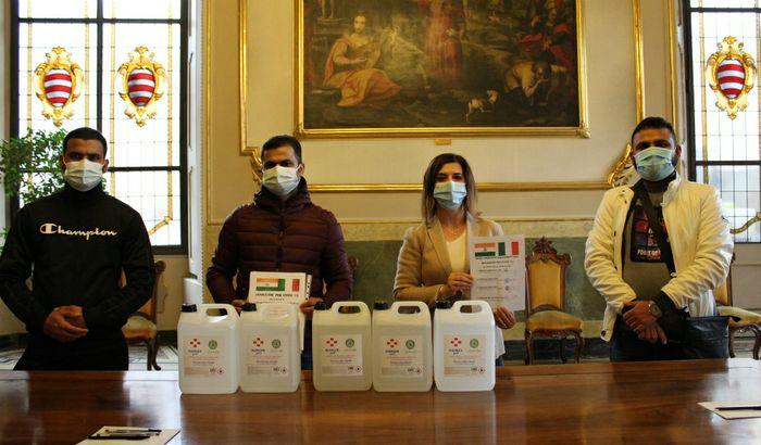 Donazione gel alla comunità indiana