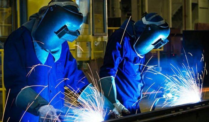 Metalmeccanico, due operai al lavoro